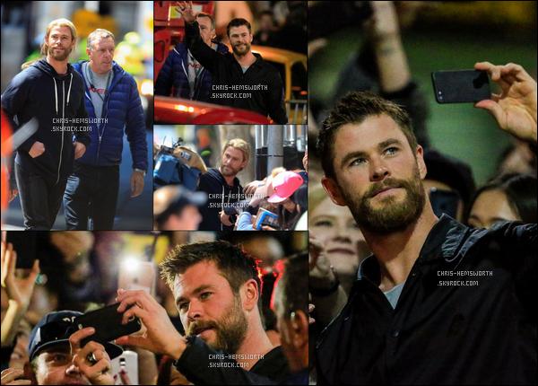 26/08/2016: Chris Hemsworth  cette fois sans Tom H. était sur le tournage de Thor : Ragnarok en (Australie) 3ème jour de tournage pour Chris qui enchaînent les heures du tournage , mais cette-fois il en a profité pour faire des selfies avec des fans