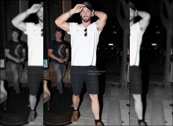 28.08.2017 : Chris et ses frères Luke et Liam sont allés déjeuner tous les trois à Santa Monica en Californie  Malheureusement, il n'y a qu'une seule photo de Chris disponible pour cette sortie, et Liam n'apparaît pas sur la photo !
