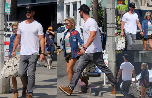 02.10.2017 : Chris était main dans la main avec sa femme Elsa Pataky a faire du shopping à Venice (Californie)