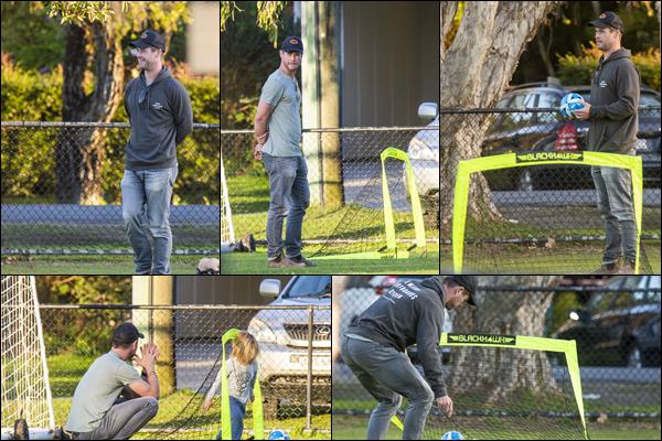 21.06.2019   ▬ Chris Hemsworth a passé une après midi avec ses fils , les jumeaux nommés Tristan et Sasha    Chris était très souriant , puisqu'il jouait avec ses jumeaux qui ont bien grandi même si on en voit qu'un seul des deux