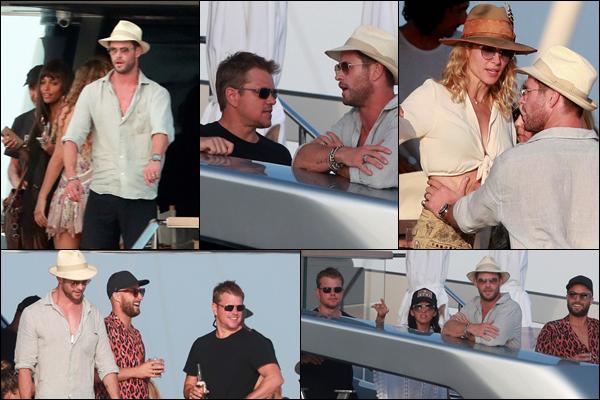 14.07.2019   ▬ Chris Hemsworth était avec son épouse Elsa Pataky sur un yacht sur l'île d'Ibiza en Espagne  Chris est en vacances avec son épouse , et ceux-ci étaient accompagnés de Matt Damon qui était avec sa femme Luciana