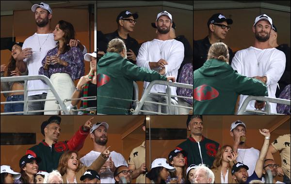 ● 26/03/2021  : Chris Hemsworth était avec son épouse Elsa Pataky assistant à un match de rugby à Sydney  Chris était en compagnie entre autre du réalisateur Taika Waititi pour assister à ce match dans la ville australienne