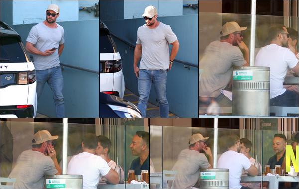 ● 26/04/2021  : Chris Hemsworth a été aperçu déjeunant avec quelques amis dans un restaurant de Sydney  Côté tenue, Chris Hemsworth avait une tenue plutôt classique comme à son habitude petit Tee-shirt et un jean !