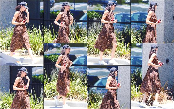 - '-11/06/18-' ◘Kendall N. Jenner a été aperçue lorsqu'elle arrivait aux bureaux de Kanye situé dans Calabasas. C'est casquette sur la tête, mais surtout dans une ravissante robe d'été que nous retrouvons notre belle mannequin. Je lui accorde un top. -
