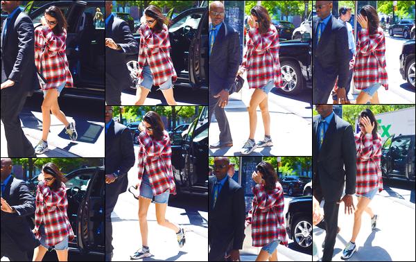 - '-24/05/18-' ◘Kendall Jenner a été photographiée alors qu'elle se trouvait dans les rues de Tribeca, New-York. C'est à peine sortie d'une voiture que nous retrouvons notre superbe brunette qui a prit le soin de se cacher. Je donne un top à sa tenue ! -