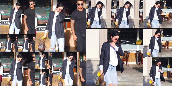 - '-08/12/17-' ◘Kendall Jenner a été photographiée par les paparazzis lorsqu'elle se trouvait dans Los Angeles. Côté tenue j'accorde cette fois-ci un joli à la belle, l'ensemble lui va plutôt bien. Et toi qu'en penses-tu ? Quel est ton avis ? Dis-moi tout ! -