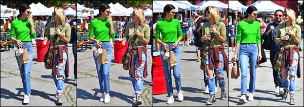 - 26/03/17 : Kendall Jenner a été photographiée au «Flea Market » qui se trouvait être dans Los Angeles. C'est avec un haut dont la couleur est loin d'être discrète que notre superbe mannequin a été photographiée ! Je lui accorde un flop ! -