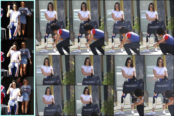 - 17/03/17 : Kendall Jenner a été aperçue alors qu'elle quittait l'hôtel «Fred Segal » dans West Hollywood. Plus tard, Kendall a été aperçue alors qu'elle était en train de se promener dans les rues de West Hollywood. Tenue décontractée, bof ! -