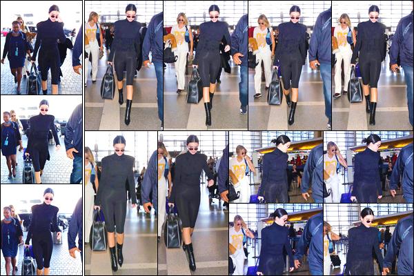 - '-12/01/18-' ◘Notre superbe mannequin a été photographiée alors qu'elle arrivait à l'aéroport de LAX, à LA ! C'est dans un look total black que nous retrouvons notre starlette aujourd'hui, pour ma part j'accorde un top et toi ? Qu'en penses-tu ? -