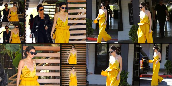- 15/03/17 : Kendall Jenner a été photographiée alors qu'elle arrivait dans un restaurant situé à Agoura Hills. Plus tard, Kendall a également été aperçue alors qu'elle quittait ce même restaurant. Je lui accorde par ailleurs un petit top, jolie couleur. -