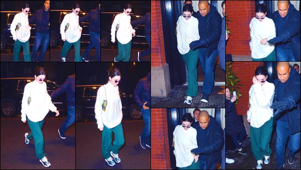 - '-10/02/18-' ◘Kendall jenner a été aperçue alors qu'elle se trouvait être dans les célèbres rues de New-York. C'est dans une tenue très décontractée que nous retrouvons notre ravissante mannequin. Je ne suis pas fan de son look, un grand flop ! -