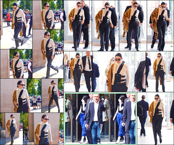 - '-22/09/17-' ◘Kendall Jenner a été aperçue alors qu'elle venait d'arriver au défilé « Versace » à Milan, Italie. Un peu plus tard, notre ravissante Kendall J. a été aperçue, bien qu'elle se cachait, alors qu'elle venait de sortir de son hôtel situé à Milan. -
