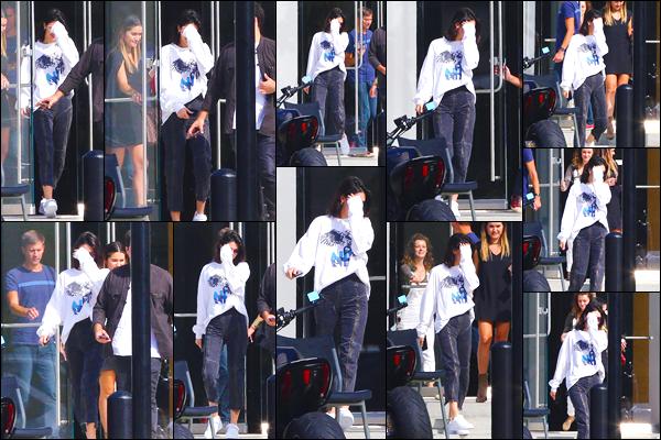 - '-25/08/17-' ◘Kendall J. a été photographiée par les paparazzis lorsqu'elle quittait un studio à Culver City. Cette fois-ci je décide d'accorder un petit BOF à la mannequin n'étant pas fan de l'ensemble lors de cette nouvelle sortie. Ton avis ? -