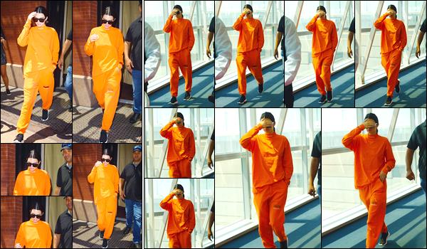 - '-04/08/17-' ◘Notre superbe mannequin a été photographiée lorsqu'elle quittait son hôtel, à New-York City ! C'est dans un look total orange is the new black que nous trouvons la jolie brunette aujourd'hui. Elle s'est donc rendue à l'aéroport JFK. -