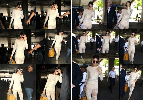 - 18/05/17 : Kendall Jenner a été photographiée alors qu'elle arrivait à l'aéroport « LAX » de Los Angeles. Plus tard Kendall a été aperçue alors qu'elle venait tout juste d'atterrir et ainsi de quitter l'aéroport de Nice. Je lui accorde un petit bof. -