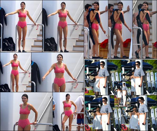 - 23/05/17 : Kendall Jenner a été photographiée alors qu'elle se trouvait être sur un yatch à Antibes, France. Plus tard, Kendall a été aperçue alors qu'elle venait de quitter l'hôtel « Belles Rives » situé à Antibes également. Un petit bof pour ce look. -