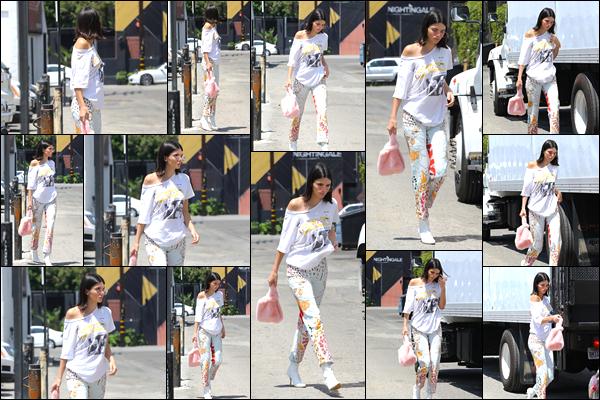 - '-22/07/17-' ◘Kendall Jenner a été aperçue alors qu'elle se trouvait être dans les célèbres rues de Los Angeles. C'est dans une tenue assez décontractée que nous retrouvons notre belle mannequin dans la fameuse ville des anges ! Je donne un flop ! -