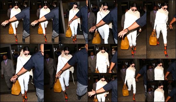 - 26/05/17 : Kendall Jenner a été aperçue alors qu'elle quittait l'aéroport « LAX », situé dans Los Angeles. C'est ainsi à Los Angeles que nous retrouvons notre belle mannequin vêtue de blanc. Je lui accorde d'ailleurs un bof, je reste mitigée ! -