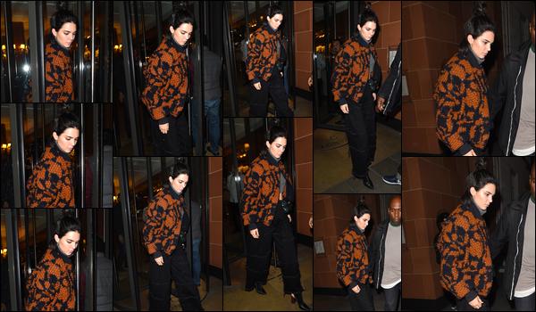 - 04/04/17 : Kendall Jenner a été photographiée alors qu'elle quittait le restaurant «C London», Londres. C'est dans une tenue dont je ne suis définitivement pas fan que nous retrouvons notre mannequin dans les rues de Londres ! Un flop ! -