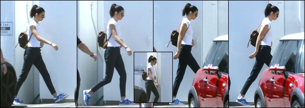- 24/04/17 : Kendall Jenner a été photographiée alors qu'elle venait d'arriver à un studio dans Los Angeles. C'est avec peu de photos disponibles que nous retrouvons notre belle brunette arrivant à ce studio ! Tenue assez simple, c'est un bof ! -