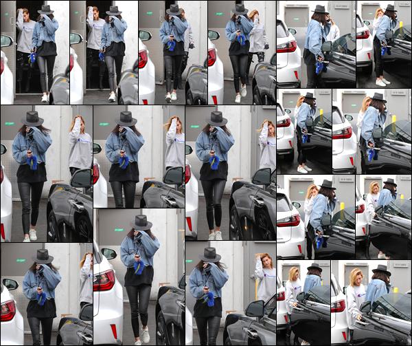 - 21/03/17 : Kendall Jenner a été photographiée quittant un salon de coiffure qui se trouvait à Los Angeles. C'est en compagnie de son amie Hailey Baldwin que notre mannequin a été photographiée à la sortie de ce salon. Je lui accorde un bof. -