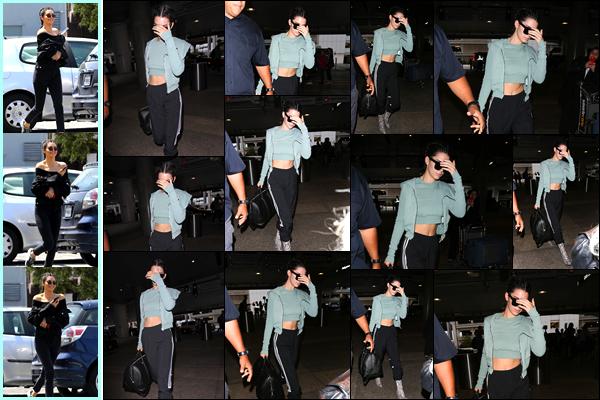 - '-30/06/17-' ◘Kendall Jenner a été aperçue arrivant à l'épicerie «Joan's on Third» étant situé à Los Angeles. Un peu plus tard, Kendall a été photographiée alors qu'elle arrivait à l'aéroport « LAX » pour s'envoler direction Paris. Je lui offre un top ! -,