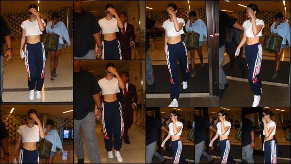 - '-13/07/17-' ◘Kendall Jenner a été photographiée quittant le célèbre aéroport « LAX » situé dans Los Angeles. C'est dans une tenue assez décontractée que notre Kendall a été photographiée lors de son arrivée à Los Angeles. Fini les vacances, top. -