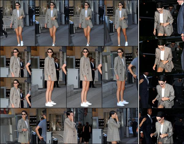 - '-05/07/17-' ◘Kendall Jenner a été photographiée alors qu'elle quittait le défilé : « Fendi » ayant lieu à Paris. Un peu plus tard, notre belle brunette a été aperçue alors qu'elle arrivait à l'hôtel «Four Seasons Hotel George V» situé dans Paris, top. -