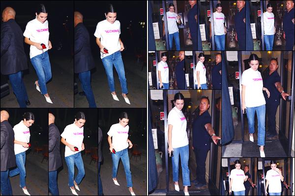 - '-26/10/17-' ◘Kendall Jenner a été photographiée arrivant au restaurant «Carousel » situé dans Los Angeles. Un peu plus tard, notre sublime brunette a été aperçue alors qu'elle venait de quitter ce même restaurant. Un look assez classique, bof ! -