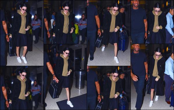 - '-17/03/18-' ◘Kendall Jenner a été photographiée par les paparazzis alors qu'elle arrivait à l'aéroport de LAX. C'est dans une tenue plutôt décontractée, que nous retrouvons notre Kendall aujourd'hui. Pour ma part je lui donne un FLOP. Ton avis ? -