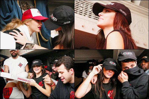 - 12/02/16 - Miss Kendall Jenner a été photographiée alors qu'elle était de sortie dans la ville de New York C.La jeune mannequin était vêtue d'un pantalon cuir, un pull rouge et d'une veste en jean. Vrai top ! Le lendemain, Kendall J. fêtait la fête de la pizza.-