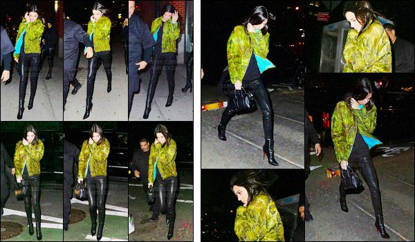 - 13/02/16 - Kendall Jenner a été photographiée arrivant puis quittant l'appartement de Kanye West, à Soho.La jeune mannequin était accompagnée de son amie Hailey Baldwin, mais nous ne la voyons pas sur les photos. Je n'aime pas trop son manteau.-