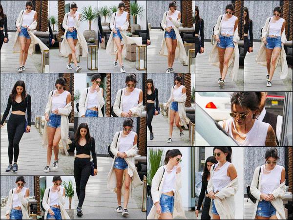 - 06/04/16 - Kendall Jenner a été photographiée alors, qu'elle se promenait dans les rues, dans Beverly Hills.La jeune mannequin été accompagnée d'une de ses amies. Sa tenue était très jolie, un look qu'on reconnait bien sur Kendall ! Un jolie top ! Vous ?-