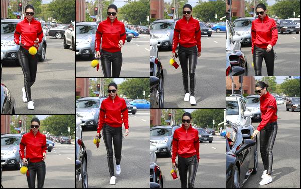 - 19/03/17 : Kendall N. Jenner a été aperçue alors qu'elle se promenait dans les célèbres rues de New-York. C'est après avoir passer une journée avec ses amis que notre belle mannequin a été photographiée dans New-York ! J'accorde un flop ! -