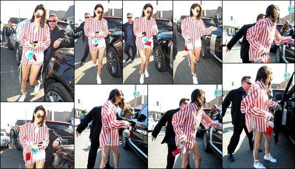- 04/04/17 : Kendall Jenner a été aperçue arrivant au restaurant californien «Cuvée» à West Hollywood. Plus tard, notre belle mannequin a été photographiée alors qu'elle venait de quitter ce même restaurant ! Je lui accorde un petit top ! -