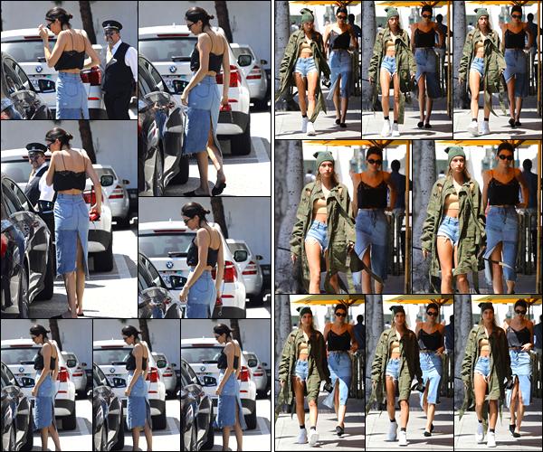 - 18/04/17 : Kendall Jenner a été aperçue alors qu'elle arrivait au restaurant « Honor Bar » à Bevery Hills. C'est ainsi en compagnie de Kendall que notre mannequin a dîner. Elle a été photographiée avec cette dernière en quittant le restau' ! -