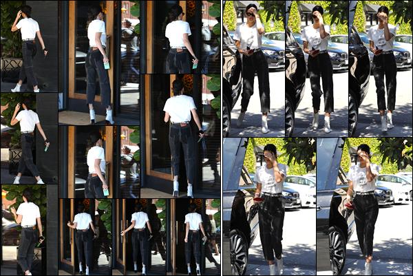 - 20/04/17 : Kendall Jenner a été aperçue alors qu'elle arrivant au restaurant « Honor Bar », Beverly Hills. Par la suite, un peu plus tard Kendall a été photographiée alors qu'elle venait de quitter ce même restaurant. Je lui donne un petit bof. -