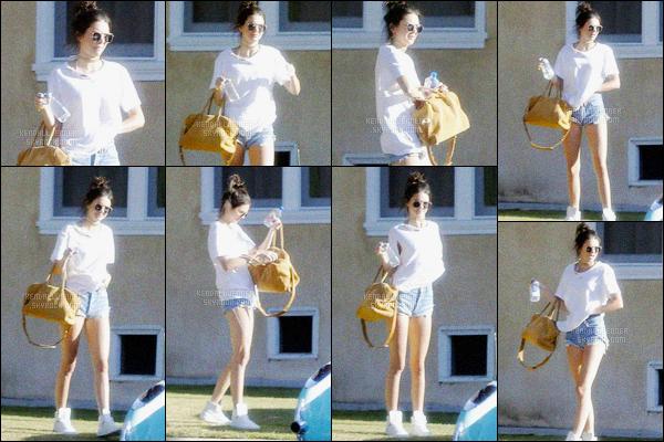 - 23/04/16 - Kendall Jenner a été photographiée alors qu'elle rejoignait sa voiture, se situant, à Los Angeles.La jeune mannequin a rejoins Rob, son frère, sa petite soeur Kylie et Caitlyn Jenner. Ils ont donc profité d'un petit moment en famille, un jolie top !-