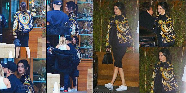 - 28/05/16 - Kendall Jenner a été photographiée alors qu'elle quittait le Beverly Glen Deli au West Hollywood.La jeune mannequin a ensuite été aperçue arrivant/quittant le Soho Malibu à Malibu, avec ces amis, dont Hailey Baldwin ! Je n'aime pas sa veste.. -