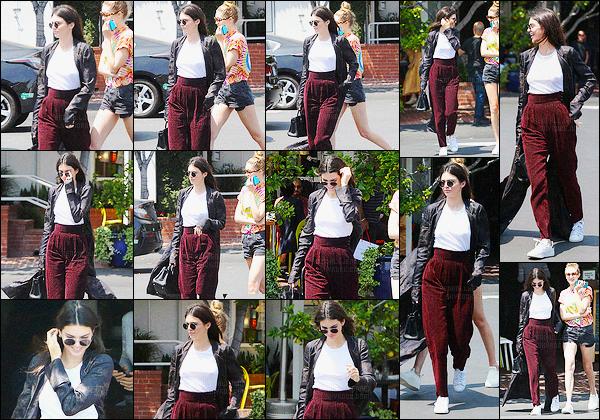 - 01/06/16 - Kendall Jenner a été photographiée, alors, qu'elle se promenait avec Gigi Hadid, à Los Angeles.La jeune mannequin été donc accompagnée de sa BFF Gigi Hadid. Concernant sa tenue je ne suis pas trop fan, c'est donc flop pour ma part, avis?-