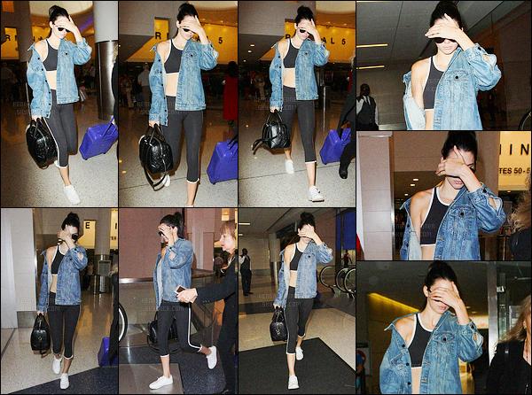 - 01/07/16 - Kendall Jenner a été photographiée alors qu'elle arrivait à l'aéroport JFK, se situant, à New-York.Après quelques heures de vol, la mannequin a été photographiée arrivant à l'aéroport LAX de Los Angeles. Sa tenue est simple, une tenue de sport.-