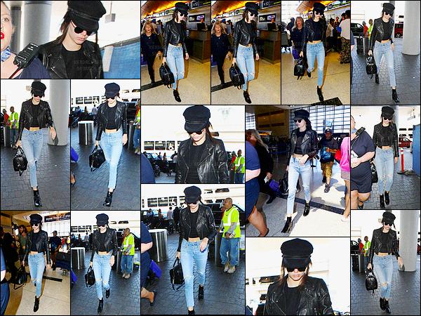 - 05/07/16 - Kendall Jenner a été photographiée, alors, qu'elle arrivait à l'aéroport de LAX, dans Los Angeles.Après quelques heures de vol, la mannequin a atterri en Italie, pour un défilé je suppose... Concernant sa tenue, j'aime beaucoup, un top pour moi !-