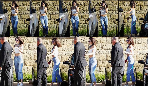- 16/07/16 - Kendall Jenner a été photographiée alors qu'elle quittait le restaurant Nobu, qui est dans Malibu.La jeune mannequin profite du soleil pour sortir un peu. Concernant sa tenue, c'est très simple, comme d'habitude pour Kendall, mais c'est jolie, top -