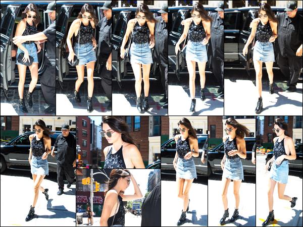 - 23/07/16 - Kendall Jenner a été aperçue arrivant puis quittant l'appartement de Gigi Hadid à New-York City.Depuis qu'elle est arrivée à New-York la jeune mannequin n'arrête pas ! Et c'est une nouvelle fois qu'elle est allée rendre visite à son amie. Un top !-