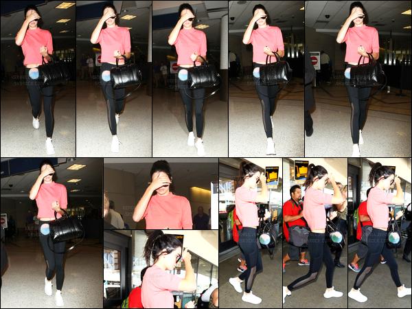 - 25/07/16 - Kendall Jenner a été photographiée alors qu'elle quittait l'aéroport de LAX qui est à Los Angeles.La jeune mannequin est donc maintenant rentrée chez elle après avoir passé un petit séjour à New York où elle a passé du bon temps avec sa BFF.-