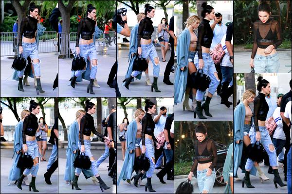 - 06/08/16 - Kendall Jenner a été photographiée arrivant, puis quittant le concert de Adèle, dans Los Angeles.La jeune mannequin accompagnée de son amie la mannequin, Hailey Baldwin, se sont rendu au concert de l'artiste. Sa tenue est un top de ma part.-