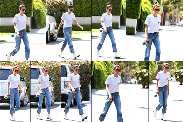 - 22/08/16 -  Miss Jenner a été aperçue en arrivant à  Fred Segal toujours dans Los Angeles à West Hollywood.Elle ne semble pas très contente de se faire envahir par la foule de  paparazzis. - Au niveau du look : elle porte une tenue simple et lègere, t'aimes ? -