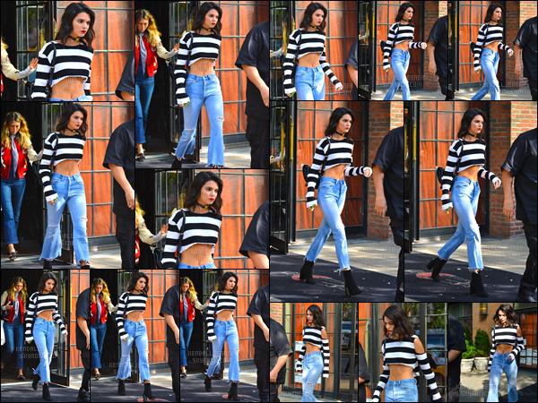 """- 27/09/16 - Kendall Jenner  a été photographiée dans les rues de  New-York, profitant de son petit séjour !  Pas de sous vêtement pour K. ! Elle a d'ailleurs affirmé dans une récente interview """" J'aime avoir mes seins à l'air. C'est mon truc, je suppose """". -"""