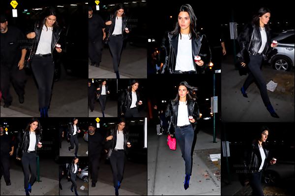 - 06/11/16 - Kendall a été aperçue dans la soirée, en train de se diriger vers l'appartement de Kanye à SoHo. Une tenue aux couleurs sombres, rien d'étonnant venant de Kendall qui aime allier la simplicité et le look total black ! TOP ou pas du tout selon toi ?-