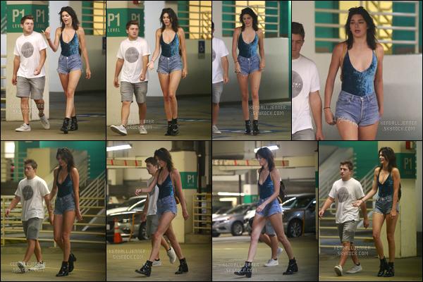 - 03/09/16:Kendall Jenner a été aperçue alors qu'elle faisait du shopping avec des amis dans Beverly Hills. C'est donc pour une petite virée shopping que Kendall a été photographiée, accompagnée de ses amis ! Je lui accorde d'ailleurs un top ! -